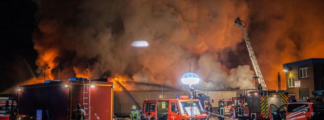 Großbrand in Müllbetrieb in Stuhr